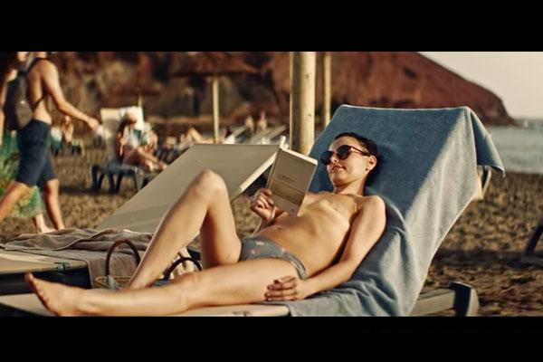 Mastectomia, modella con cicatrice in topless in una pubblicità di occhiali